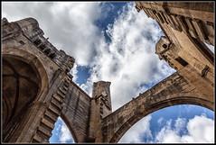 Solidez y movimiento (Fernando Fornis Gracia) Tags: arquitectura catedral iglesia cielo nubes francia monasterio narbonne paisajeurbano restos