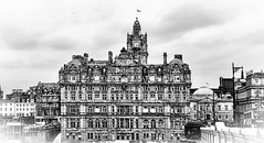 EDIFICO DE EDIMBURGO.    -   EDINBURGH BUILDING. (Miquel Fabr) Tags: trip travel viaje holiday tower clock blancoynegro clouds canon buildings scotland blackwhite edificios edinburgh europa europe torre outdoor walk ngc eu escocia paseo nubes reloj edimburgo vacations vacaciones nwn airelibre givemefive stonebuildings granbretaa greatbretain casasdepiedra rainytime miquelfabre tiempolluvioso