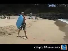 Nios (Comparte Humor) Tags: mar agua surf humor playa nios arena arenas aguas ostia videos pequeno golpe graciosas pequenos risas golpes surfeando surfear ostias playstore compartehumor