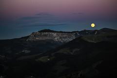Solsticio verano con luna llena (Leire Goitia) Tags: sky moon mountain nature night canon landscape atardecer 50mm noche paisaje luna cielo verano monte bizkaia nube gorbea llena paisaia solsticio ilargia itxina 700d
