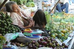 นอนของผลไม้ (m-louis) Tags: life people thailand market j1 maeklong nikon1 bkk2013 สถานีรถไฟแม่กลอง