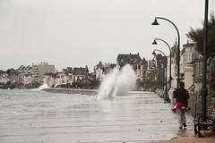 photo I_l'histoire d'une rencontre entre une vague et un promeneur...qui ne s'y attend pas (gerardstmalo) Tags: eau vague insolite