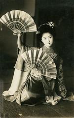 Momotaro with fans (rosarote) Tags: japan dance kyoto maiko geiko geisha vintagepostcard    kimono gion  taisho momotaro   bijin    rppc   gionkobu