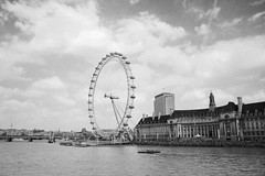 London Eye (cassijones.) Tags: city uk brazil england sky blackandwhite bw london monochrome brasil blackwhite londoneye ferriswheel brsil unitedkingdon ldn cassijones cassijonescom cassianorosrio cassianorosario