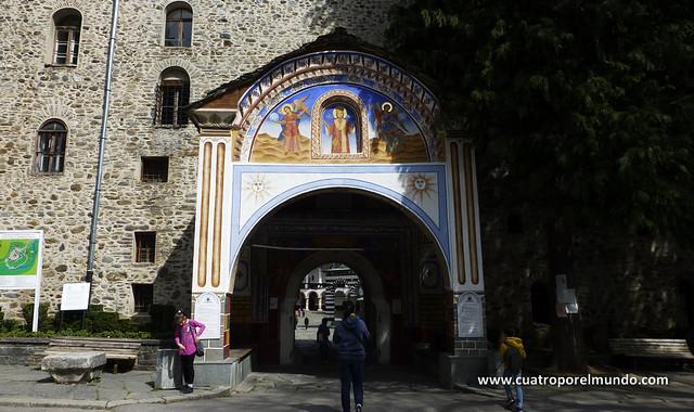 Portico de entrada al recinto del monasterio
