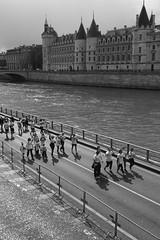 Colour run in black & white (Bob Diderich) Tags: seine horloge leica monochrome leicasummicronc40mmf20 running paris