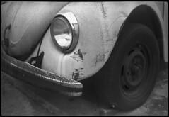 Rusty Beetle (Leandro C Rodrigues) Tags: olympus trip tmax kodak film analogico analogic filme bw pb blackwhite fusca beetle vw rusty enferrujado weel roda chrome light old decay car