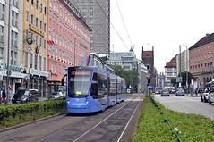 Ersteinsatztag in der Arnulfstrae: Siemens-Wagen 2802 zwischen den Haltestellen Hauptbahnhof Nord und Hopfenstrae nrdlich des Starnberger Bahnhofs (Bild: Josef Baudrexl) (Frederik Buchleitner) Tags: 2802 avenio linie17 munich mnchen siemens strasenbahn streetcar twagen t1 tram trambahn