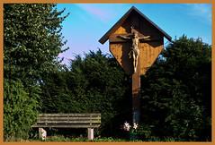 AH62_7895 (der_andyrandy) Tags: kreuz inri jesus outdoor gebet amazingamazing canoneos7d bank bume busch