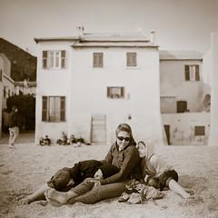 Idylle (*altglas*) Tags: italien italy 6x6 beach strand italia liguria bronica ilfordxp2 finaleligure varigotti ligurien mittelformat ectl nikkorpc2875mm