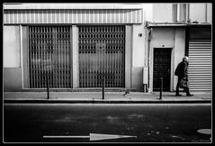 Suivre la fleche (Maestr!0_0!) Tags: street urban white black paris noir candid follow arrow grille rue blanc fleche suivre