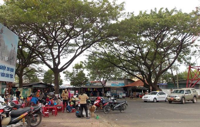 Góc phố Phan Đình Giót giao với Lê Duẩn, nơi tập trung nhiều quán bún đỏ ngon về đêm