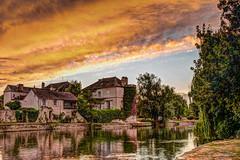 Moret-sur-Loing à l'heure dorée. (gilles_t75) Tags: d5300 france gillest hdr nikkor1855mmf3556 nikon bracketing exposurefusion highdynamicrange photohdr photomatix tonemapping moretsurloing seineetmarne77 îledefrance heuredorée sunset loing rivière fleuve couchédesoleil goldenhour