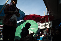 * (Sakulchai Sikitikul) Tags: street silhouette thailand market sony muslim voigtlander 28mm streetphotography snap songkhla islamic hatyai a7s