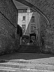 Calle de Girona (Luis M) Tags: calle girona personas lucesysombras gerona arcos paisajeurbano