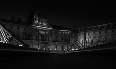 Louvre (olipennell) Tags: frankreich louvre nacht paris pyramidedulouvre france building gebude architecture architektur monochrome einfarbig blackwhite schwarzweis