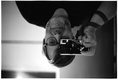 Alles nur geklaut  (Christoph Schrief) Tags: selbst selfie timmrautert bildanalytischephotographie leicam2 voigtlndernokton1550 agfaapx100newneu rodinal 20 150 10min plustekopticfilm7600 vuescan sw film analog selfdeveloped
