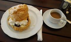 """Windbeutel in luftiger Hhe und """"Drauen nur Knnchen"""" (QQ Vespa) Tags: baddriburg iburg cafe kaffee windbeutel drausennurknnchen"""
