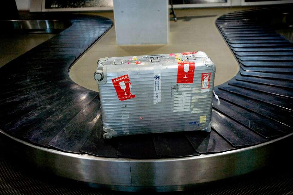 dán thẻ hàng dễ vỡ lên vali