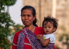 DSC_0440 (Tango Charlot) Tags: woman baby love indonesia kid child mother solo dame indonesie surakarta mre hadiningrat