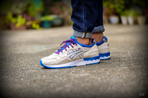 asics gel lyte v white black purple background
