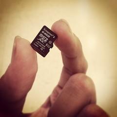 ผมเกิดมาในสมัยเครื่อง 286 ครับ คอมที่เป็นเจ้าของตัวแรกเป็น Pentium 75 โน๊ตบุ๊คที่พ่อผมมีตอนนั้นล้ำสมัยมาก HDD 540 MB จอ 5.6 นิ้ว เครื่องหนักสองกิโลได้ ... ใครจะไปรู้ว่าสมัยนี้ 64GB มันจะเล็กขนาดนี้ ... ถ้าเอาย้อนกลับไปสมัยก่อนนี่คงถือ Data ทั้งโลกไว้ในมือ