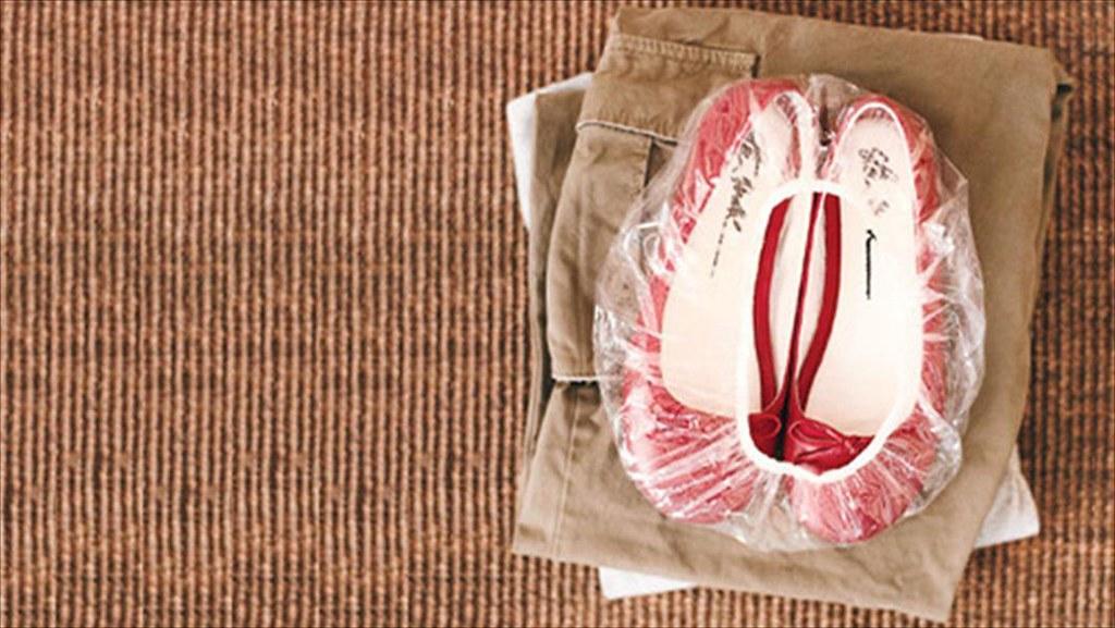 dùng túi chụp đầu dựng giày dép