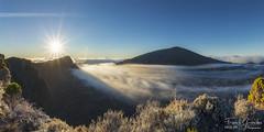 - Comme un signe - (Frog 974) Tags: mer de ngc nuages pas leverdesoleil volcan bellecombe pitondelafournaise dolomieu ledelarunion patrimoinemondialdelunesco