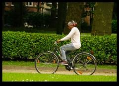 JUNI0557 (Leopoldo Esteban) Tags: africa brussels woman black bike mujer women belgium belgique african femme bruxelles bici bruselas mujeres belgica femmes afrique africana peul afric africanfashion leopoldoesteban