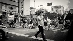 apresse o passo (luyunes) Tags: gente cidade travessia metrpole motomaxx luciayunes