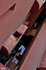 Edifici Walden 7 i pantalons blancs. (svet.llum) Tags: barcelona catalunya catalua ciudad arquitectura edificio edifici walden7 ricardobofill