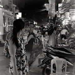 Les regards. The looks... Nha Trang. (L'Ubuesque Bote  Savon) Tags: bw vietnam explore atnight streetshot motherandbaby nhatrang nikond90