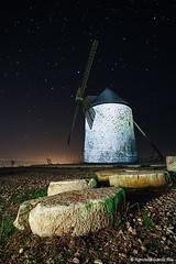 Molino de viento en la noche. / Windmill in the Night. (Recesvintus) Tags: nightphotography espaa mill windmill night stars noche spain millstone estrellas albacete molinodeviento ruedademolino fotografanocturna pozocaada recesvintus cruzadasi cerrodelmolino franciscogarcaros