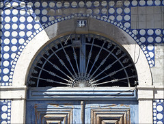 Nº 44 (John LaMotte) Tags: fachada portugal puerta porta door azulejos tiles dintel deterioro decayed lisboa lisbon lisabon infinitexposure ilustrarportugal