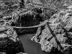 Puente sobre Ro Mendoza (mauricioroberto91) Tags: blanco argentina rio puente agua negro mendoza sombras roca acantilado cacheuta riomendoza
