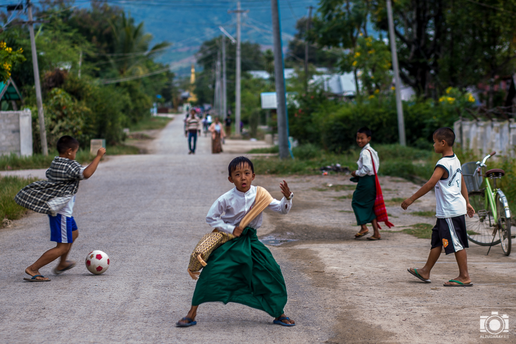 Niños jugando a la salida del colegio en Nyaungshwe (Myanmar)