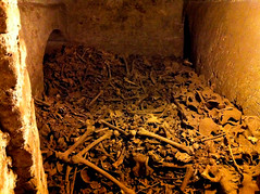 "les Catacombes de San Francisco à Lima • <a style=""font-size:0.8em;"" href=""http://www.flickr.com/photos/113766675@N07/16185078226/"" target=""_blank"">View on Flickr</a>"