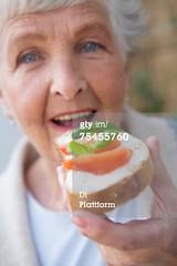 75455760 (quintaainveruno) Tags: fullframe primopiano verticale formaggio adulta unapersona caucasico