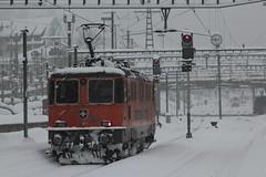 SBB Lokomotive Re 4/4 II 11320 Interregio Cargo ( Hersteller SLM Nr. 5183 - BBC MFO SAAS - Baujahr 1981 ) am Bahnhof St. Gallen im Kanton St. Gallen der Schweiz (chrchr_75) Tags: chriguhurnibluemailch christoph hurni schweiz suisse switzerland svizzera suissa swiss chrchr chrchr75 chrigu chriguhurni 1412 dezember 2014 albumbahnenderschweiz schweizer bahnen eisenbahn bahn train treno zug albumbahnenderschweiz2014712 albumsbbre44iiiii lok lokomotive sbb cff ffs schweizerische bundesbahn bundesbahnen re44 re 44 juna zoug trainen tog tren   locomotora lokomotiv locomotief locomotiva locomotive railway rautatie chemin de fer ferrovia  spoorweg  centralstation ferroviaria