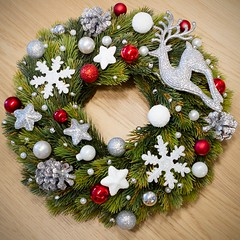 Stroik - biao-srebrno-czerwony (z jelonkiem) / Wreath - white, silver and red (with deer) (PawelPL) Tags: christmas red white snow canon silver snowflakes holidays shine hand handmade decoration balls garland deer made wreath ornaments 7d dslr nieg srebrny czerwony poysk niegu biay wita bombki narodzenie boe jelonek wianek ozdoba patki