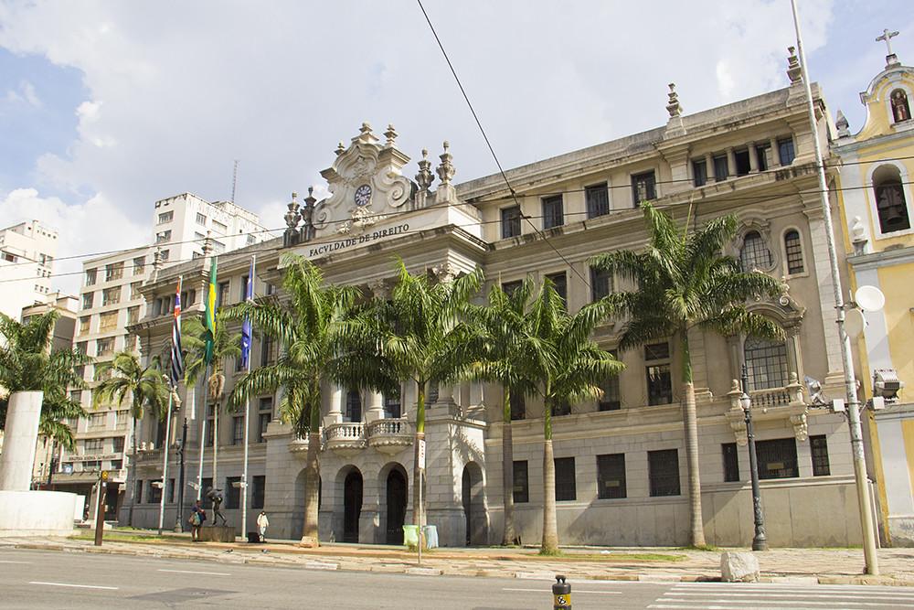 Tour Centro Histórico de São Paulo - fachada Faculdade São Francisco e palmeiras na frante