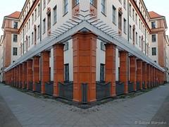 Vor der Ecke (Sockenhummel) Tags: berlin fuji spiegel haus finepix fujifilm zaun ecke x20 schule charlottenburg säulen fujix20