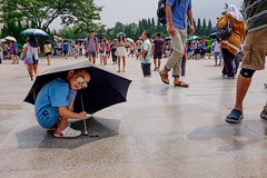 Xian (China) (Franafricano) Tags: china boy summer color umbrella kid streetphotography xian fujifilm holydays x100s franafricano franafricanoceutafransnchezvalenciastreetphotographymagnumphotosspainespaa