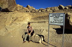 Ägypten 1999 (043) Assuan: Unvollendeter Obelisk (Rüdiger Stehn) Tags: afrika ägypten egypt nordafrika 1999 winter urlaub dia scan analogfilm 1990er slide 1990s eswan assuan oberägypten aswān südägypten aṣṣaʿīd bauwerk historischesbauwerk altägypten archäologie archäologischefundstätte steinbruch obelisk unvollendeterobelisk diapositivfilm analog kbfilm kleinbild canoscan8800f canoneos500n unescowelterbe unescoweltkulturerbe weltkulturerbe welterbe altertum antike 35mm diapositivfil misr مصر ägyptologie أسوان reise reisefoto