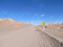 """Le désert d'Atacama: el Valle de la Luna. Ca monte, ça monte...et ça tourne ;) <a style=""""margin-left:10px; font-size:0.8em;"""" href=""""http://www.flickr.com/photos/127723101@N04/29193726626/"""" target=""""_blank"""">@flickr</a>"""