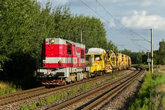 Červená mašinka a žlté stroje