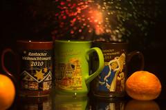 Weihnachtsmarkt Tassen (LB-fotos) Tags: xmas weihnachten market bokeh weihnachtsmarkt glühwein cups f2 58mm rostock 44 tassen chrismas helios wideopen hro rostocker offenblende