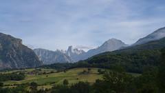 Naranjo de Bulnes (Picu Uriellu) (rimerbl) Tags: leica espaa cliff mountains spain asturias picosdeeuropa mountainridge naranjodebulnes picuuriellu leicadlux6 dlux6