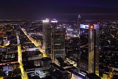 Big City Feeling (ploh1) Tags: skyline skyscraper deutschland europa hessen frankfurt himmel aussicht ausblick lichter innenstadt nachtaufnahme metropole wolkenkratzer ffm langzeitbelichtung mainhattan abendstimmung finanzen stadtansicht beleuchtet hochhuser brohuser strase bankenstadt grosstadt