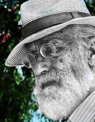4965-2 (G de Tena) Tags: blanco sevilla mayor negro bn gafas sombrero hombre g12 barbas